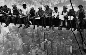 Obreros almorzando en una viga en Nueva York